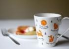 Keturių dailininkių kurti porceliano puodeliai kuria gėrimo magiją