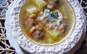 Pupelių sriuba su frikadelėmis
