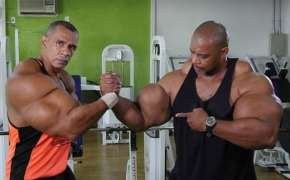 """Broliai iš Brazilijos savo bicepsus lepina """"injekcijomis"""", kad šie būtų kaip Švarcnegerio"""