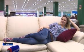 Moteris rado tinginių svajonių darbą – pinigus ji gauna už tai, kad sėdi ant sofos