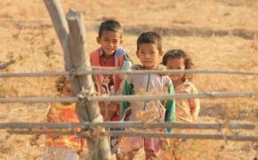 Kambodžos pakelės kitoje Mekongo pusėje.