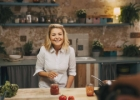 Ką valgo laimingos moterys? (Dalia Ibelhauptaitė, Beata Nicholson, Julija Janus, Aušra Maldeikienė, Dovilė Filmanavičiūtė ir Inga Norke atveria šaldytuvą)