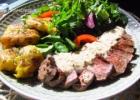 Jautienos steikas su pipiriniu padažu ir traiškytomis bulvėmis
