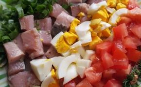 Silkės mišrainė su daržovėmis, kiaušiniu, grietine. Skanumėlis su karštom bulvėm.
