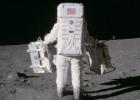 Kodėl Neilo Armstrongo batų padai nesutampa su pėdsakais ant mėnulio paviršiaus?