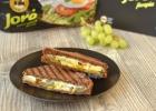 Karšti sumuštiniai su avokadu, vynuogėmis ir pelėsiniu sūriu