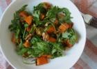 Saldžiųjų bulvių salotos su graikiniais riešutais