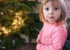 Kalėdų eglutė ir maži vaikai