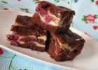 Šokoladinis vyšnių pyragas su varške