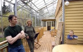 Švedų porelė aplink namą pasistatė didžiulį šiltnamį ir nesuka galvos dėl šildymo žiemą