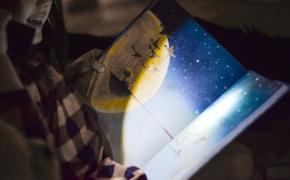 Vaikas žiūri filmus, bet nemėgsta skaityti? Kūrinių ekranizacijos gali padėti pamilti knygas