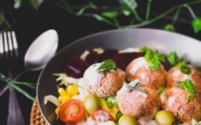 Orkaitėje keptų, naminių falafelių salotos su vegan majonezu