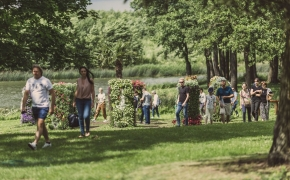 Pakruojo dvaras skęsta gėlėse – čia traukia tūkstančiai lankytojų