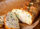 Svogūnų laiškų ir sūrio keksas