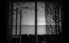 Menas prie lango