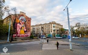 Prie Vilniaus geležinkelio stoties praeiviams šypsosi Einšteinas