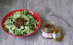 Žaliosios kopūstų salotos su avokadais ir pesto