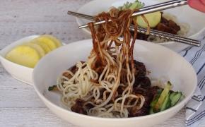 Makaronai su juodųjų pupelių padažu | jjajangmyeon